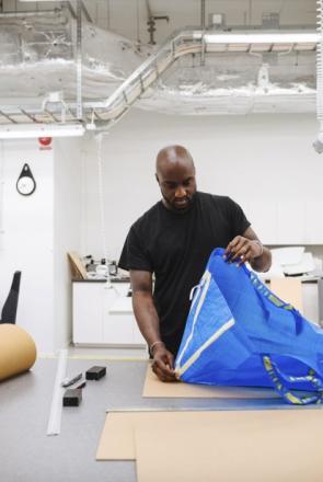 Virgil Abloh revisite le sac Ikea Frakta